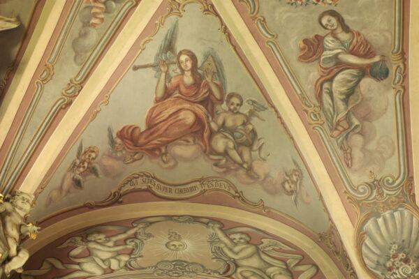Qui sedes super cherubim tu es Deus - Ty, który zasiadasz na cherubach, Ty jesteś Bogiem (Is 37,16) - Księga proroka Izajasza. Prezbiterium.