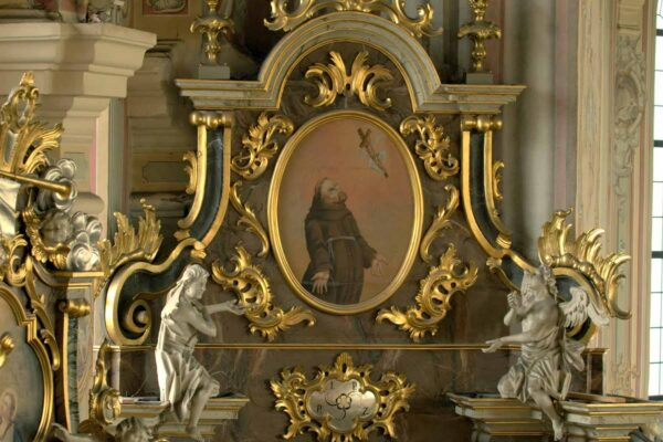 Górna kondygnacja ołtarza św. Franciszka - założyciel Zakonu Braci Mniejszych otrzymuje stygmaty męki Pańskiej.