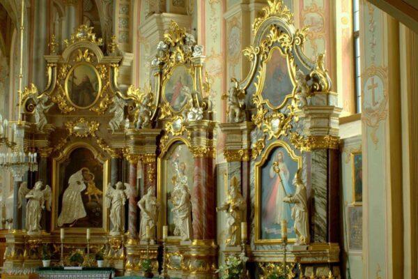 Ołtarze boczne przy południowej ścianie nawy kościoła. Od lewej: św. Antoni z Padwy, św. Barbara, św. Tekla (ze współczesnym obrazem Bożego Miłosierdzia).